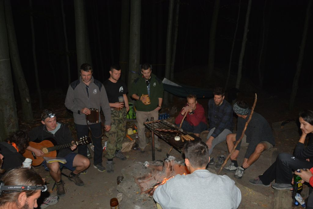 Večerná zábava pri ohníku